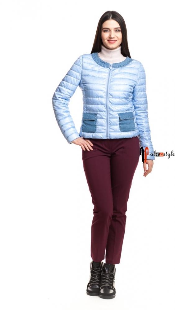 Короткая голубая куртка с накладными карманами