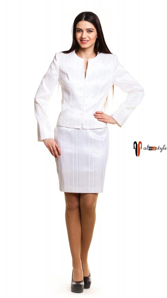 Белый костюм с короткой юбкой