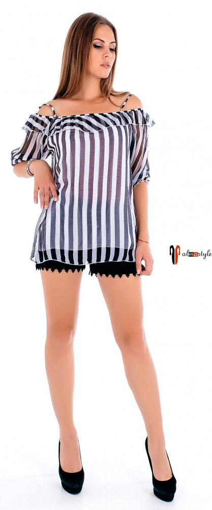 Блуза в черно-белую полоску с открытыми плечами