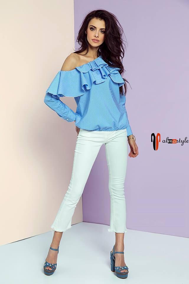 Блуза голубая, с воланом, длинный рукав, открытое плечо