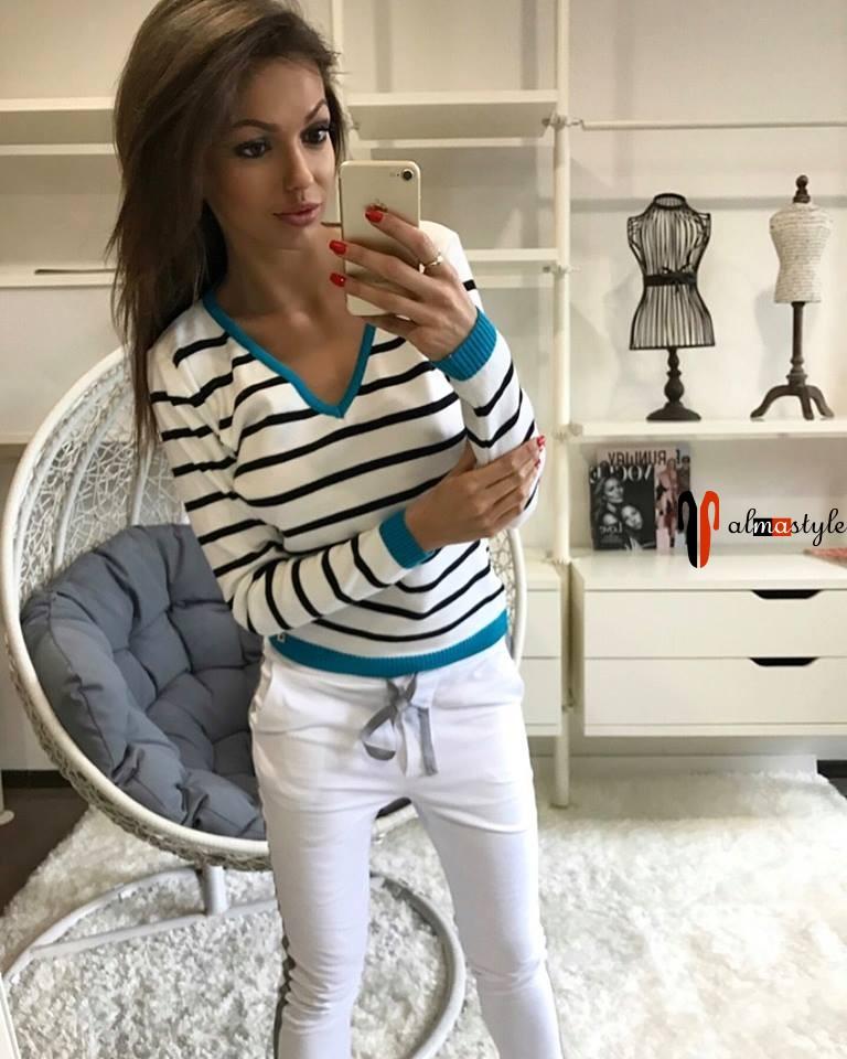 Пуловер белого цвета в черную полоску