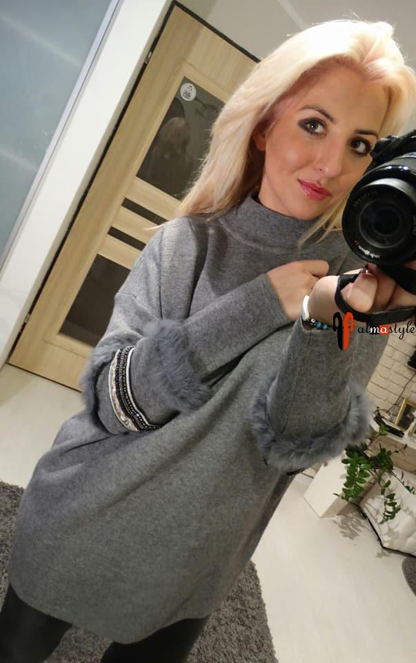 Серый свитер с мехом на рукаве и украшением