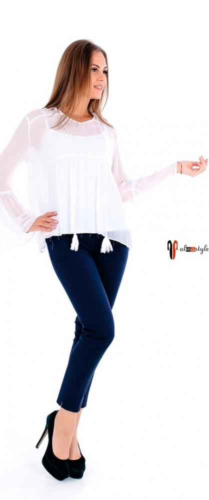 Стильная белая блузка с длинным рукавом и кисточками
