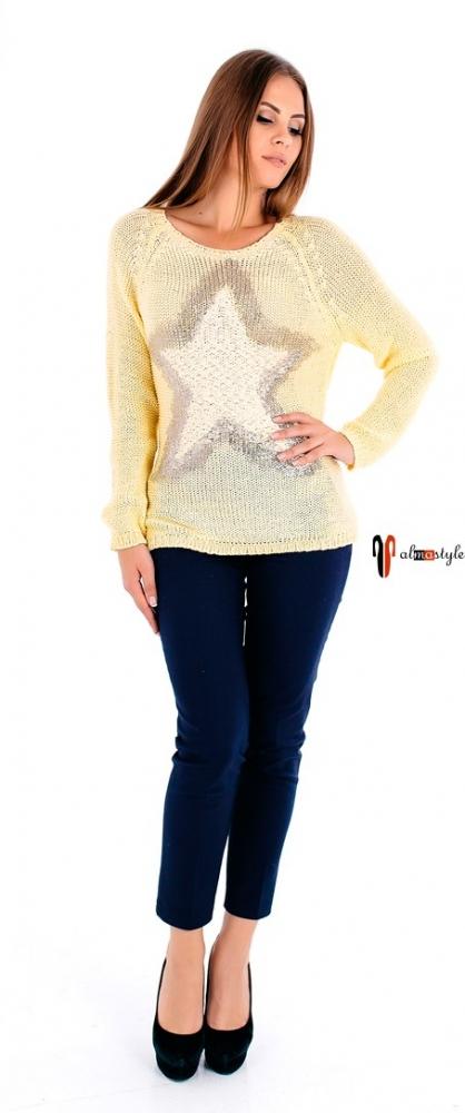 Желтый вязаный свитер с вырезом и бантом на спине