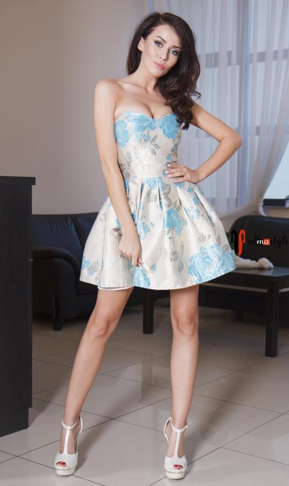 Короткое пышное платье с открытыми плечами и голубым принтом
