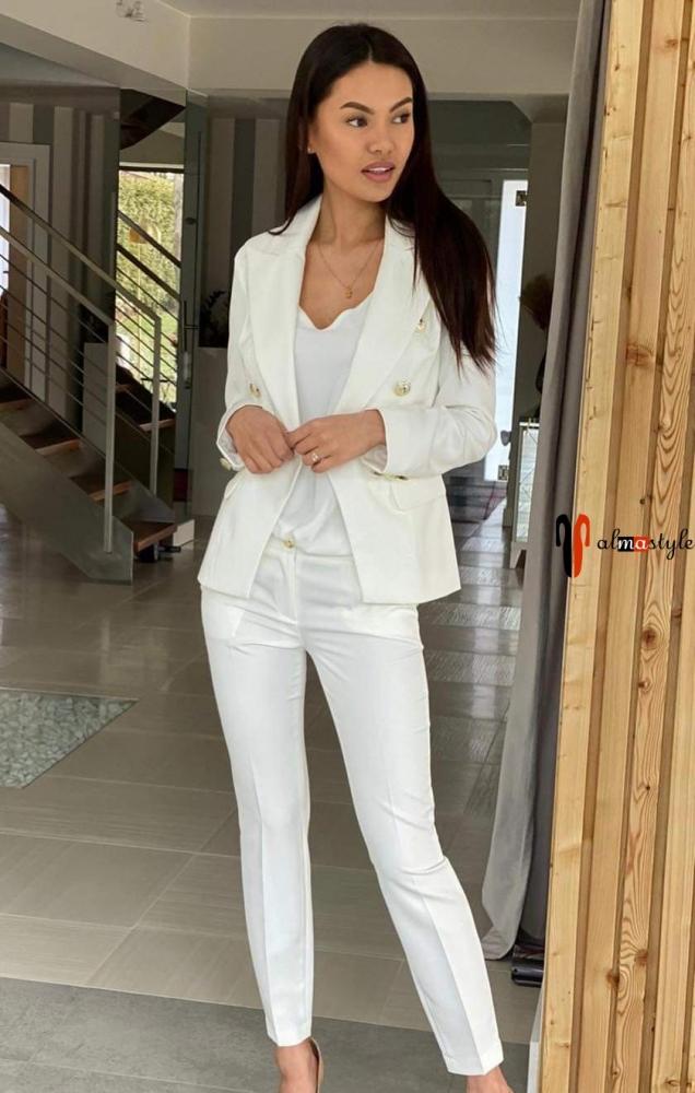 Белый брючный костюм с коротким жакетом на пуговицах