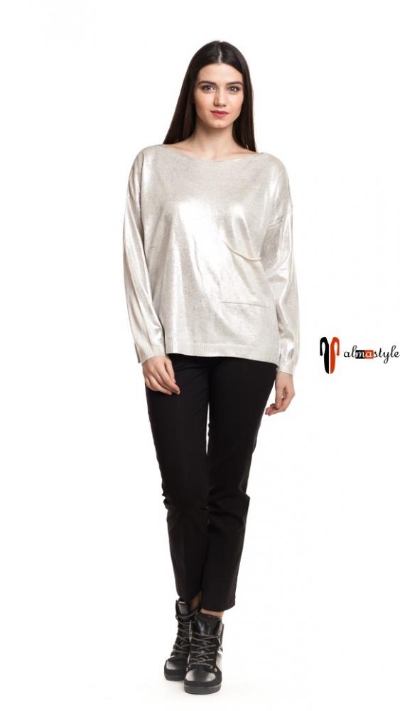 Стильный свитер молочного цвета с карманом и разрезом сзади