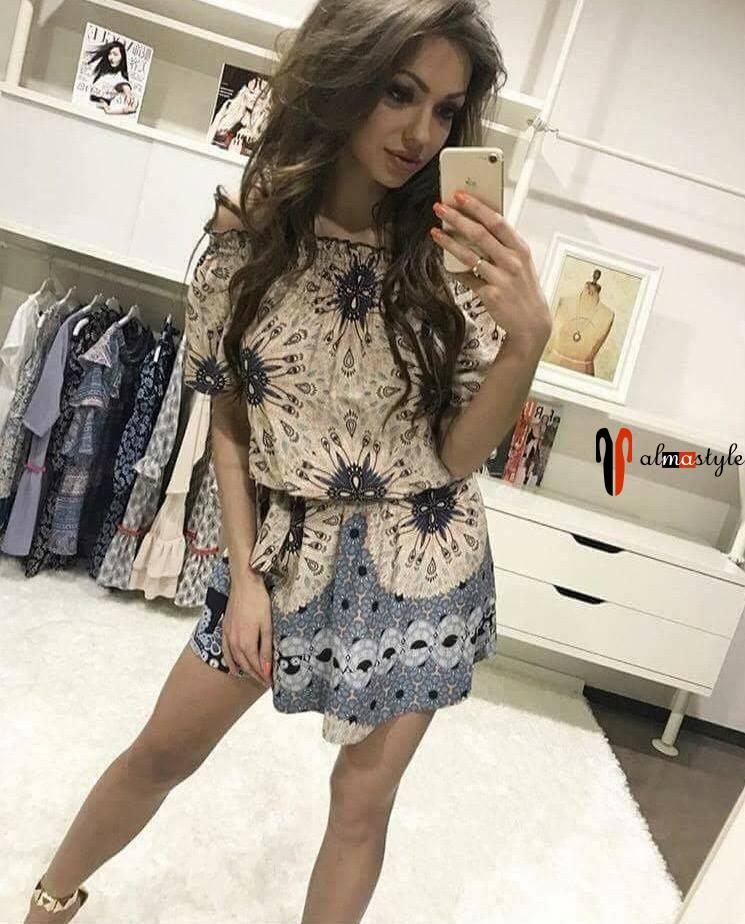 Короткое легкое платье с разноцветным принтом