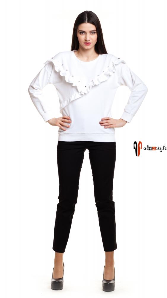 Белый свитер с воланами и заклепками