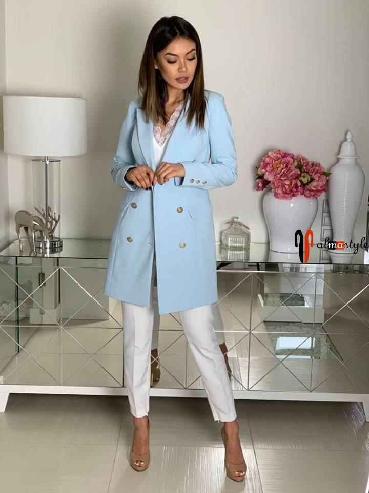 Длинный жакет голубого цвета и белые брюки
