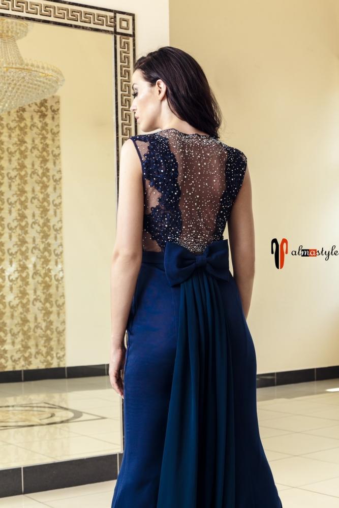 Длинное синее вечернее платье с кружевом