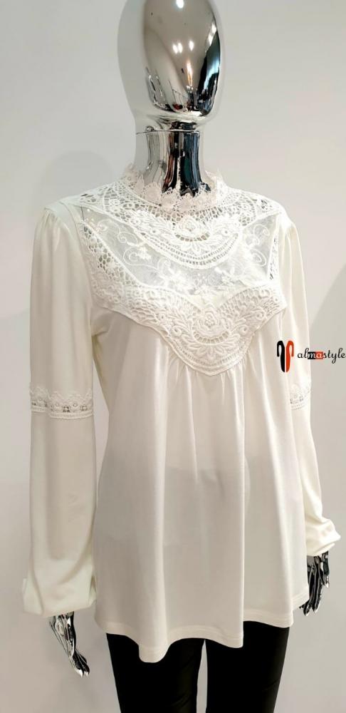 Блуза белая трикотажная с гипюровыми вставками