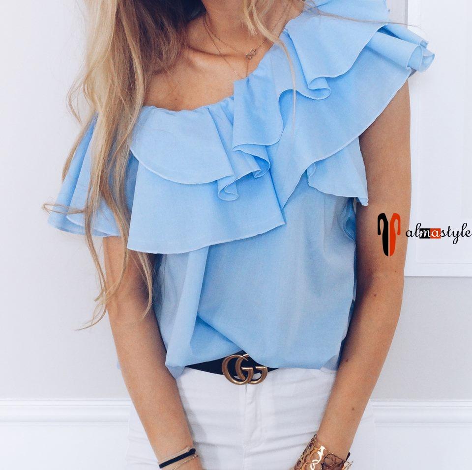 Голубая блуза с оборками и открытым плечом