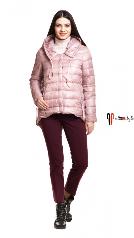 Короткая куртка оттенка розовой пудры на весну, с накладными карманами