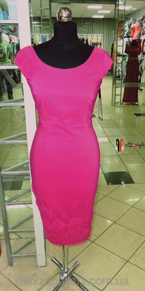 Стильное платье-футляр цвета фуксии