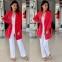 Длинный красный жакет и свободные белые брюки