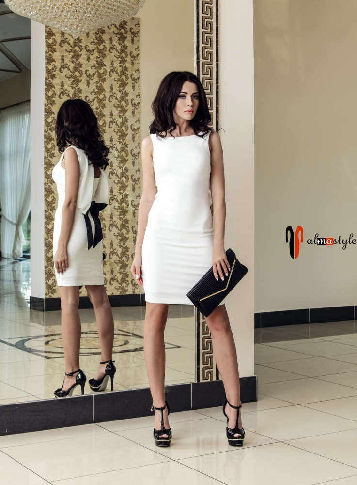 Короткое белое платье с вырезом на спине и бантом