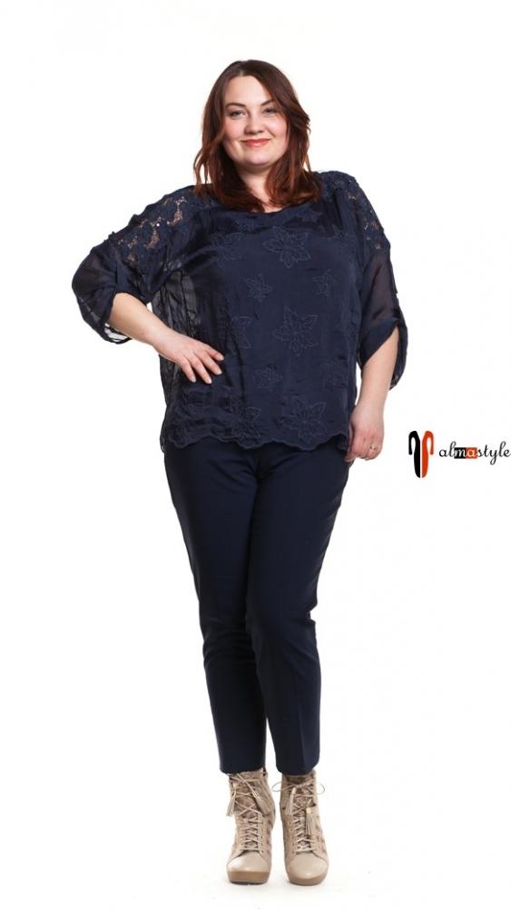 Блуза синяя, стильная, украшена гипюром
