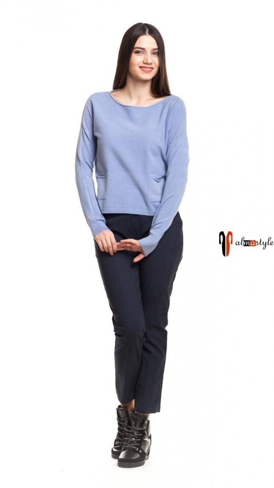Короткий свитер-джемпер голубого цвета с карманами