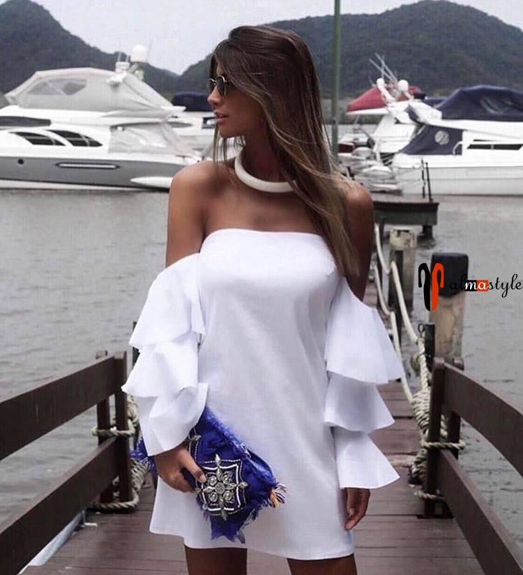 Короткое белое платье с открытыми плечами и оборками