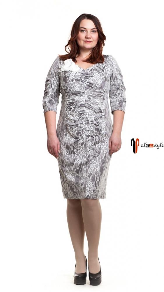 Серое платье с драпировкой и белым принтом