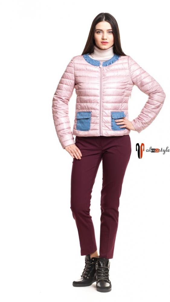 Короткая розовая куртка на весну с накладными карманами