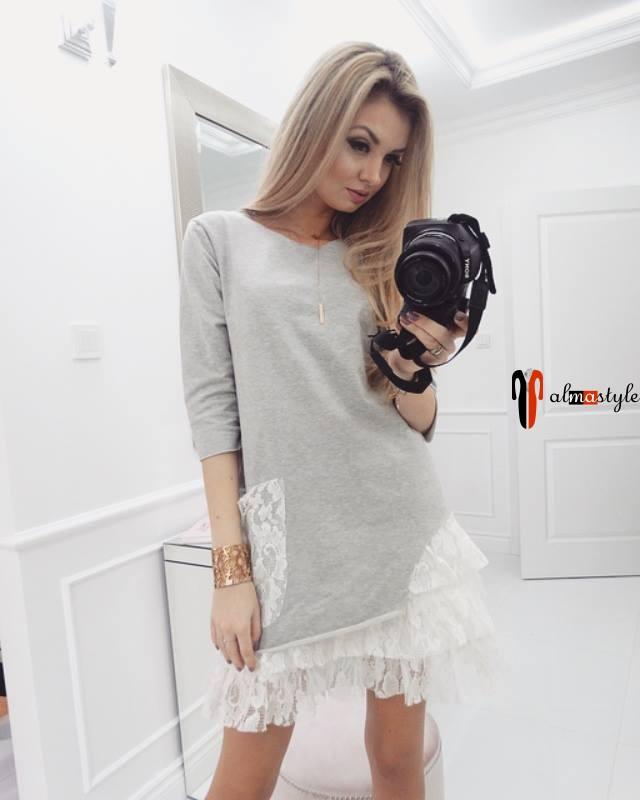 Короткое светло-серое платье с вставками из кружевной сетки