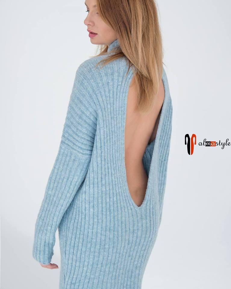 Свитер-туника голубого цвета с открытой спиной
