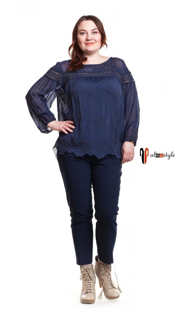 Синяя стильная блуза, украшенная гипюром