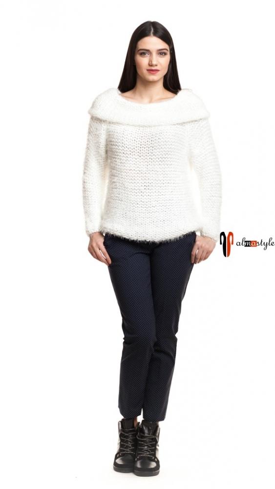Белый вязаный свитер из травки с декольте